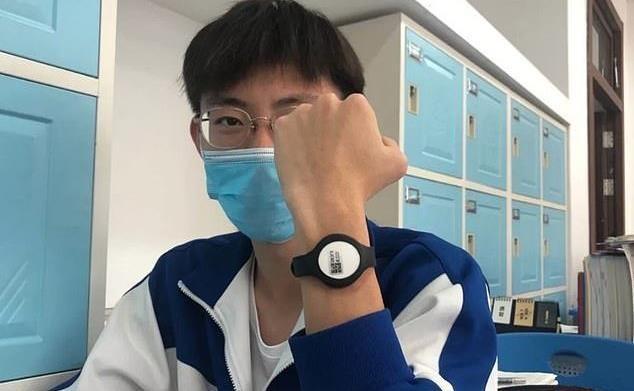 استفاده از دستبند هوشمند برای نظارت بر دمای بدن دانش آموزان