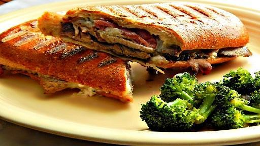 طرز تهیه ساندویچ پنینی مرغ در ماهیتابه بدون فر و ساندویچ ساز