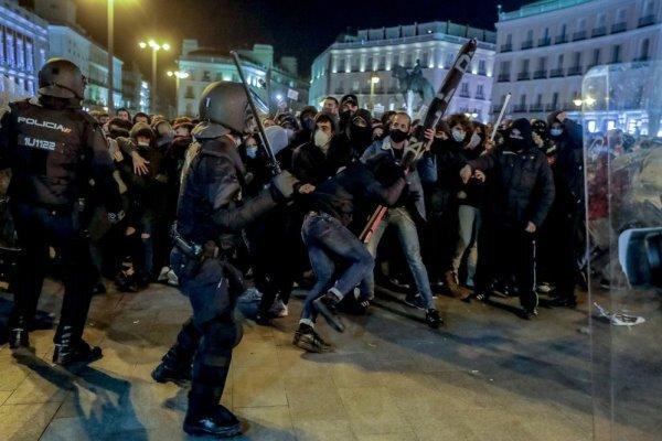 درگیری پلیس اسپانیا با معترضان، 80 تن بازداشت و 100 تن زخمی شدند
